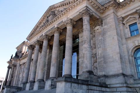 """Ingresso del Reichstag dove spicca la scritta """"Dem deutschen Volke"""" (al popolo tedesco)"""