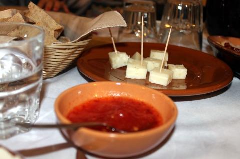 Formaggio tipico della Limina servito con marmellata di cipolle e peperoncino