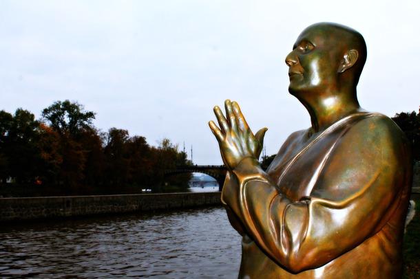 Praga - Isola di Kampa - Statua di Sri Chinmoy